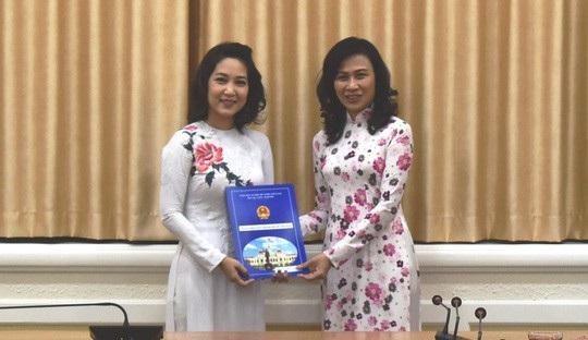 Phó Chủ tịch UBND TP Nguyễn Thị Thu (phải) trao quyết định Phó Giám đốc Sở Văn hóa và Thể thao TP HCM cho bà Nguyễn Thị Thanh Thúy (Ảnh: Người Lao Động)