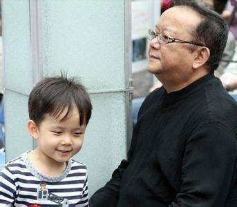 Hòa Thân và con trai nhìn như ông và cháu