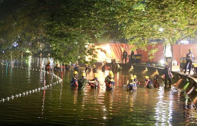 Gần 200 công nhân trắng đêm nạo vét hồ Hoàn Kiếm - 2