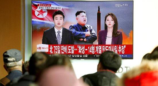 Người dân Seoul theo dõi bản tin thời sự về vụ phóng tên lửa Triều Tiên ngày 29/11. Ảnh: Reuters
