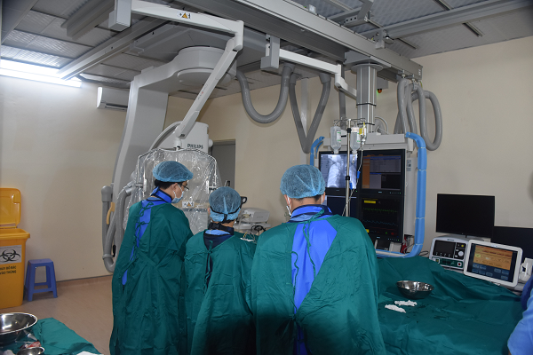 Các bác sĩ chuyên khoa tim mạch của Bệnh viện Đa khoa tỉnh đang thực hiện kỹ thuật chụp động mạch vành qua da và theo dõi hình ảnh trái tim người bệnh trên màn hình vô tuyến