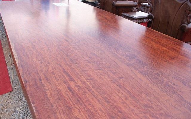 Chiếc sập gỗ cẩm lai nguyên khối giá hơn 3 tỷ.