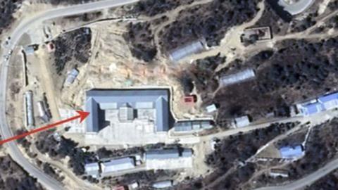 Ảnh vệ tinh cho thấy Trung Quốc đã xây mới hạ tầng quân sự cho các binh sĩ sử dụng cùng các vị trí đặt súng gần cao nguyên Doklam - Ảnh chụp màn hình SCMP