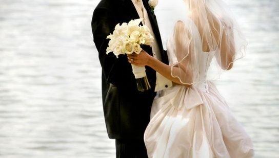 Để có tiền từ bố mẹ, chàng thiếu gia bắt buộc phải làm đám cưới giả (Ảnh minh họa, Nguồn: Brides.com)