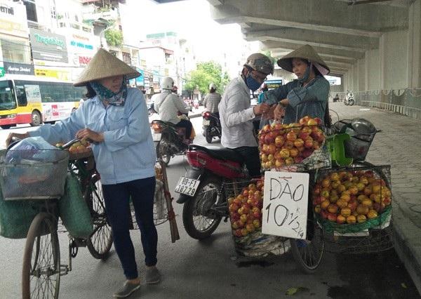 Hà Nội quyết dẹp trái cây bán rong, không rõ nguồn gốc. Ảnh CAND