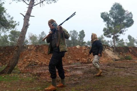 Các tay súng của phiến quân tuần tra trong khu vực khu vực Rashideen, tỉnh Aleppo, Syria hôm 30/12. Ảnh: Reuters