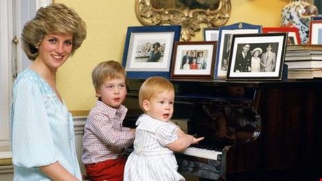 Công nương Diana cùng hai Hoàng tử William và Harry tại Cung điện Kensington. Ảnh: GETTY IMAGES