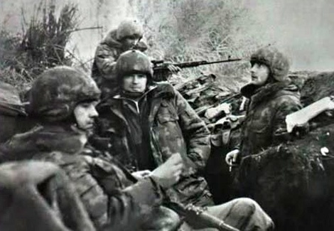 Một nhóm Spetsnaz ém quân tại một vị trí bí mật trước giờ G.