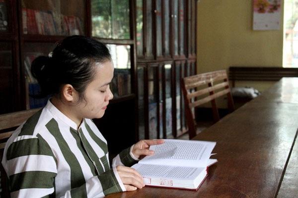 Những lúc rảnh rỗi, Dung lại tìm đến sách như một sự ru dỗ tâm hồn.
