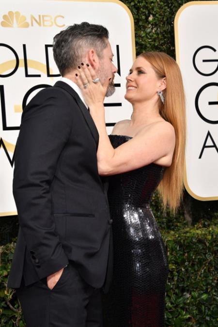 """""""Bạn gái Siêu Nhân"""" Amy Adams đã khiến nhiều fan nam phải """"nghẹt thở"""" với chiếc váy đen quyến rũ, chỉ tiếc rằng ở bên cạnh người đẹp đã có ông xã Darren Le Gallo không kém phần lịch lãm, phong độ"""