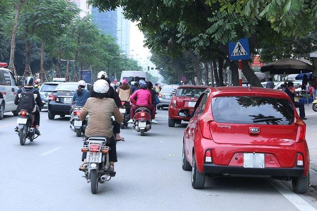Sở Giao thông Vận tải Hà Nội quy định từ ngày 1/1/2017 các phương tiện không được dừng đỗ dọc toàn tuyến buýt nhanh BRT. Tuy nhiên, theo ghi nhận của phóng viên Dân trí, tình trạng này vẫn diễn ra đặc biệt ở các phố Giảng Võ, Láng Hạ va Lê Văn Lương.