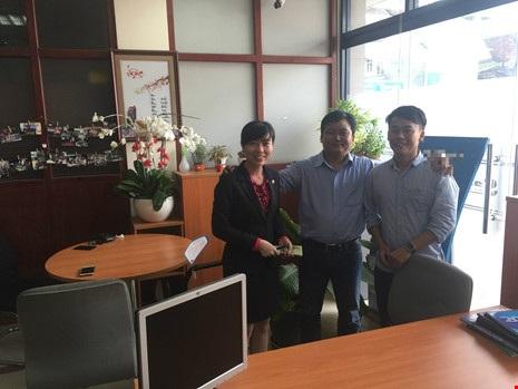 Vào lúc 10 giờ 15 phút ngày 10-1, chị Liễu (nhân viên ngân hàng nơi anh Sang mở thẻ) đã đại diện anh Thức (giữa) trao lại số tiền cho anh Sang (đứng ngoài cùng)