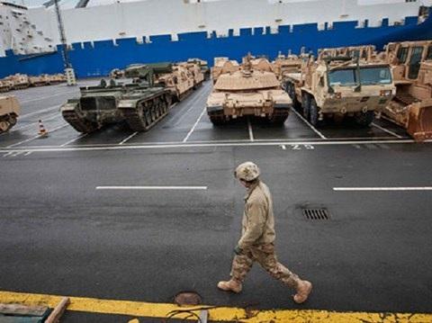 Một số lượng lớn thiết bị quân sự Mỹ đã đổ về cảng Bremerhaven của Đức