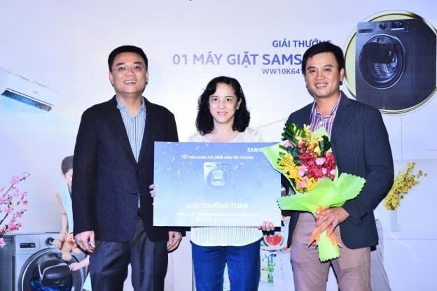 Khách hàng Nguyễn Thị Ngọc Dung, một trong 6 khách hàng đã nhận được giải thưởng tuần của chương trình Tết giàu sung túc, Nhà giàu yêu thương – một chiếc máy giặt Samsung Addwash.