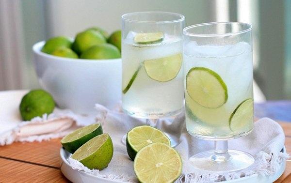 Uống nước chanh khi say vừa nôn nhiều hơn, gây nguy hiểm khi ngủ vừa làm tổn thương dạ dày