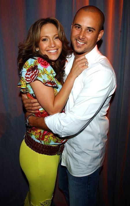 """J.Lo và Cris Judd từng có thời gian yêu đương mặn nồng khi nam vũ công này xuất hiện trong video ca nhạc """"Love don't cost a thing"""" của J.Lo. Thậm chí, Cris Judd còn từng chia sẻ rằng anh biết chắc mình sẽ lấy Jennifer Lopez ngay trong khi cả hai làm việc cùng nhau trên sân khấu. Và quả thực, cặp đôi đã nên duyên vợ chồng vào năm 2001 nhưng cuộc hôn nhân này lại """"ngắn chẳng tày gang""""."""