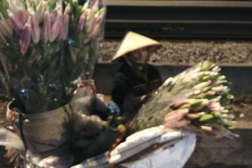 Chị Vương Thị Lan đang xếp lại những bó hoa trong lúc chờ khách hỏi mua