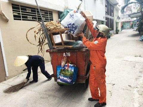 Chưa đến ca, anh Thắng đã phụ chị Phượng thu gom rác