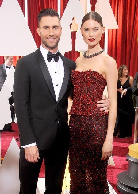 Trông hai vợ chồng Adam Levine và Behati Prinsloo cực kì đẹp đôi bên nhau nhưng thực chất, thủ lĩnh nhóm Maroon 5 hơn vợ tới 10 tuổi