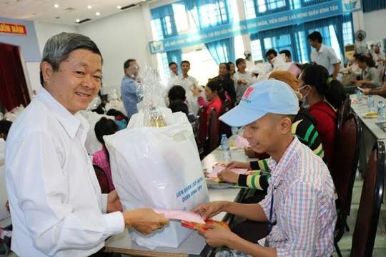 Ông Nguyễn Văn Dễ, Chủ tịch LĐLĐ quận Bình Tân, TP HCM, trao quà tết cho công nhân có hoàn cảnh khó khăn, bị bệnh hiểm nghèo