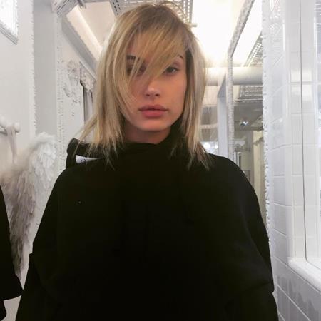 Hailey Baldwin tạo dáng khoe mái tóc ấn tượng