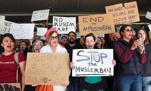 Người dân San Francisco biểu tình phản đối lệnh hạn chế nhập cư của ông Trump. Ảnh: Reuters