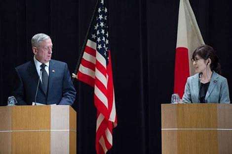 Bộ trưởng Quốc Phòng Nhật Tomomi Inada (phải) trong cuộc họp báo với đồng nhiệm Mỹ James Mattis, ngày 4-2-2017, tại Tokyo.