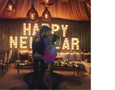 """Miley Cyrus và Liam Hemsworth đã cùng nhau đón năm mới bằng một nụ hôn nóng bỏng khiến người hâm mộ phải """"phát hờn"""" ghen tị"""