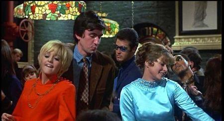 """""""Cactus flower"""" (1969) là một bộ phim tình cảm hài lãng mạn vô cùng thành công và dù đã được làm lại vào năm 2011 với cái tên """"Just go with it"""" do Adam Sandler đóng vai chính nhưng các khán giả vẫn mãi nhớ về """"Cactus flower"""" với màn trình diễn xuất sắc của nữ diễn viên Goldie Hawn"""