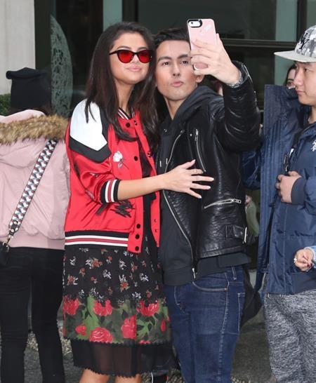 Trong mọi tình huống, mọi hoàn cảnh, Selena Gomez luôn có thể nhanh chóng cho các fan hâm mộ chiêm ngưỡng một thần thái tự tin, thoải mái hết cỡ