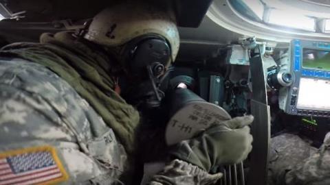 Binh sĩ Mỹ nạp đạn bằng tay cho tăng M1A2.