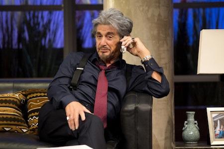"""Việc từng giành giải Oscar cho diễn xuất cũng không giúp Al Pacino cảm thấy dễ dàng hơn mỗi khi phải học thuộc kịch bản. Hồi năm 2015, Al Pacino từng có dịp """"muối mặt"""" vì không đọc nổi lời thoại khi thiếu máy nhắc thoại. Thậm chí, nam tài tử còn cố gắng dùng tai nghe Bluetooth và giả vờ như thiết bị này được chuẩn bị cho vai diễn."""