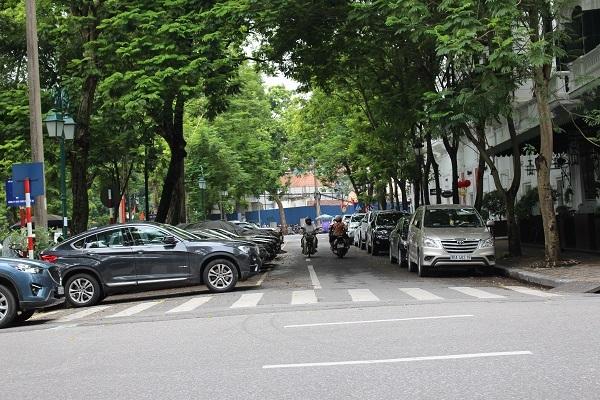 Ô tô đỗ chật kín hai bên lòng đường là hình ảnh vẫn thường thấy trong khu vực nội thành Hà Nội
