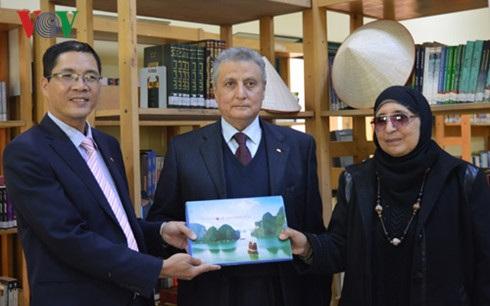 Đại sứ Đỗ Hoàng Long trao tặng sách tại thư viện Banha.