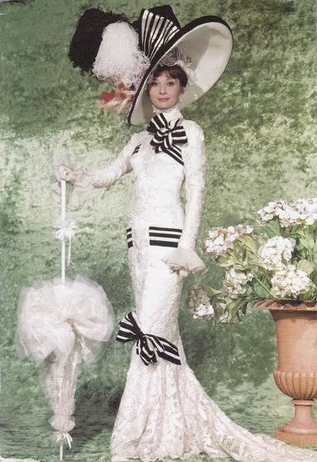 """Đã hơn nửa thế kỉ trôi qua nhưng bộ trang phục mà Audrey Hepburn mặc trong phim """"My fair lady"""" hồi năm 1964 vẫn tạo được dấu ấn khó phai trong lòng khán giả, có thể nói, chính chiếc váy dài có chiết eo cùng mũ rộng vành kết hợp với nét duyên dáng, thanh lịch của Audrey Hepburn đã đem lại thành công rực rỡ cho cả bộ phim """"My fair lady"""""""
