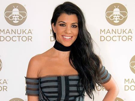 """Cô chị cả nhà Kardashian, Kourtney từng thẳng thắn chia sẻ trên sóng truyền hình rằng mình đã đi nâng ngực khi mới 22 tuổi. Tuy nhiên, Kourtney không quên than thở thêm rằng: """"Nếu có thể làm lại, tôi sẽ không phẫu thuật đâu""""."""