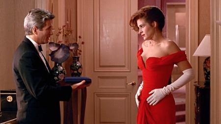 """Chiếc váy đỏ cúp ngực cực kì sexy mà Julia Roberts mặc trong bộ phim """"Pretty woman"""" kết hợp với đôi găng tay trắng cổ điển đã trở thành cung cách phục trang mà rất nhiều chị em phụ nữ cố gắng noi theo"""