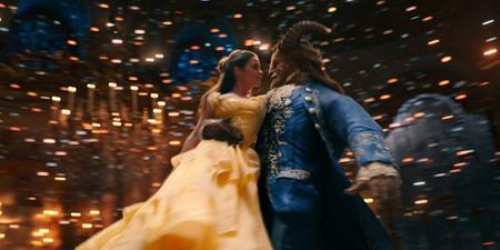 """Ngay trong tháng 3 này, bộ phim """"Beauty and the Beast"""" do Emma Watson đóng vai chính sẽ được """"trình làng"""" khán giả và càng gần tới ngày phim công chiếu, các fan hâm mộ càng """"đứng ngồi không yên"""" trước những hình ảnh quảng bá phim quá đỗi long lanh"""