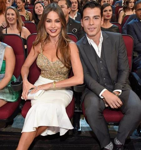 Sofia Vergara đã sinh hạ cậu con trai Manolo Gonzalez khi mới 19 tuổi và ngoại hình trẻ trung quá đỗi của nữ diễn viên đã khiến cho hai mẹ con trông chỉ như hai người bạn