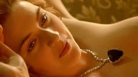"""Thành công rực rỡ của """"Titanic"""" không chỉ mang tới danh tiếng, lợi ích cho Kate Winslet mà còn khiến nữ diễn viên này gặp phải phiền phức lớn. Một trong những cảnh kinh điển của """"Titanic"""" là khi nhân vật Rose của Kate Winslet khỏa thân làm người mẫu cho nhân vật chàng họa sĩ nghèo Jack của Leonardo DiCaprio. Và khi gặp Kate Winslet ở ngoài đời, rất nhiều fan hâm mộ đã yêu cầu nữ diễn viên kí tên lên chính bức tranh khỏa thân của mình. Kate Winslet đã cảm thấy bất tiện đến mức nữ diễn viên này phải bức xúc chia sẻ với Yahoo! News rằng: """"Tôi không kí tên vào bức tranh đó đâu. Đó là một cảm giác cực kỳ không thoải mái. Tại sao các bạn lại làm vậy cơ chứ?""""."""