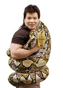 Xiếc trăn - tiết mục biểu diễn nổi tiếng thế giới của nghệ sĩ ưu tú Tống Toàn Thắng đang được xiếc dạo ăn theo nhiều hiện nay