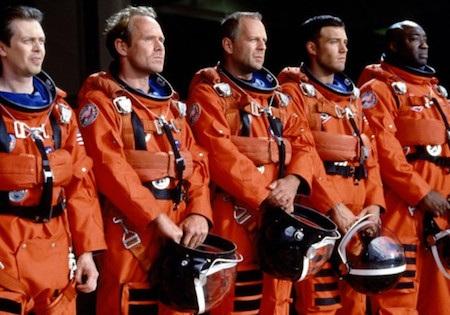 """Bộ phim hành động khoa học viễn tưởng """"Armageddon"""" ra mắt vào năm 1998, do Michael Bay làm đạo diễn luôn được xem như là một trong những bộ phim về hay nhất về đề tài Ngày tận thế. Không chỉ dừng lại ở nhiệm vụ cứu nguy cấp bách cho cả nhân loại, tác phẩm này còn xoáy sâu vào tình phụ tử, tình yêu, tình bạn và cả sự hi sinh cao cả."""