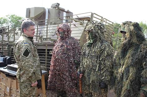 Tổng thống Ukraine Poroshenko thăm một đơn vị quân đội Ukraine. Ảnh: The Japan Times.