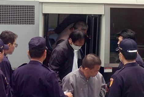 Dẫn giải Lý Tông Thụy ra tòa.
