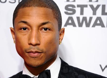 """Chủ nhân hit """"Happy"""" Pharrell Williams trông vô cùng trẻ trung và cá tính nhưng thực chất chàng ca sĩ đã bước sang tuổi 43"""