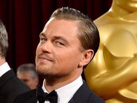 Trước khi giành được một tượng vàng Oscar danh giá và sở hữu khối tài sản lên tới 200 triệu đô la Mỹ, Leonardo DiCaprio chỉ là một đứa trẻ lớn lên trong khu vực nghèo đói ở Đông Hollywood. Cuộc sống thường nhật của nam diễn viên bị bao vây bởi tội phạm, người nghiện ma túy, gái mại dâm và bạo lực. Ngoài ra, bố mẹ của Leo đã ly dị từ khi nam tài tử còn rất nhỏ tuổi và mẹ của Leo đã phải làm việc vất vả để có thể nuôi con trai khôn lớn.