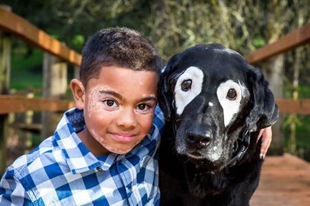 Nhờ chú chó tên Rowdy, Carter trở nên yêu đời hơn