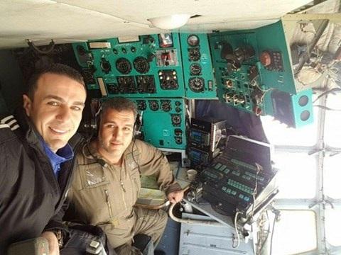 Nhà báo Syria Shadi Hulweh (bên trái) trên chiếc máy bay của Syria bay đến đông Aleppo