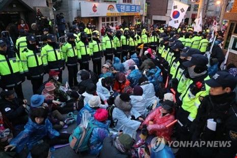 Những người ủng hộ bà Park tụ tập trước nhà riêng của bà vào sáng 30-3. Ảnh: Yonhap