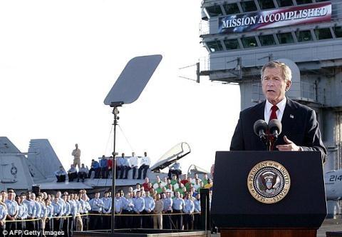 Tổng thống Bush mừng chiến thắng sau khi xóa sổ chế độ của Saddam Hussein, đưa Iraq trở thành một quốc gia dân chủ.